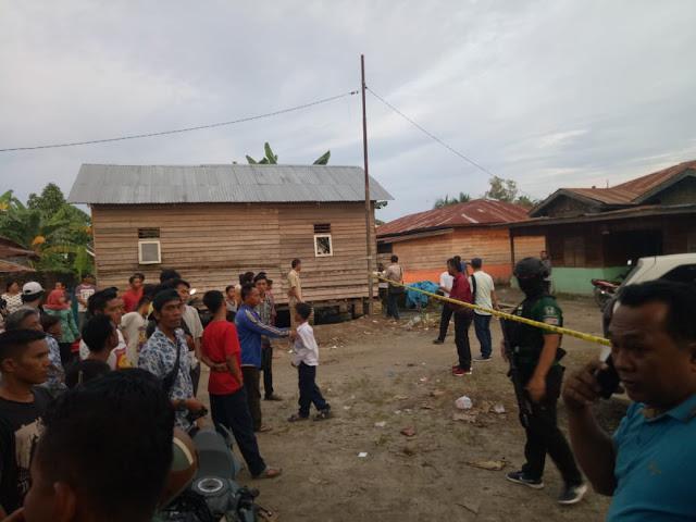 Warga menyaksikan lokasi kamar mandi umum tempat kedua laki-laki tak dikenal bersembunyi dan akhirnya diberondong dengan peluru di kawasan Jalan Jumpul Lingkungan VI, Kelurahan Kapias Pulau Buaya, Kecamatan Teluk Nibung, Kota Tanjungbalai, Kamis (18/10).