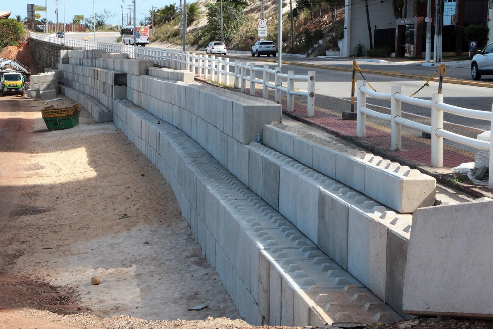 Resultado de imagem para Praia de areia preta blocos de concreto