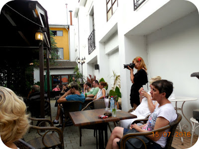 public in gradina la Facebar