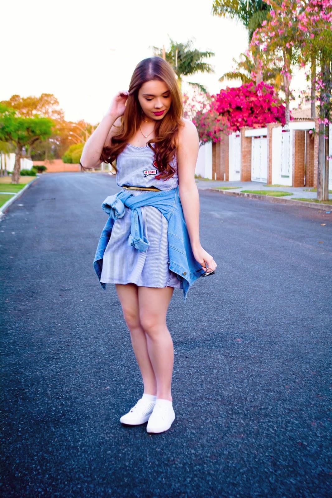 Look do Dia: Vestido Azul Listrado + Jaqueta Jeans Bordada + Tênis Branco