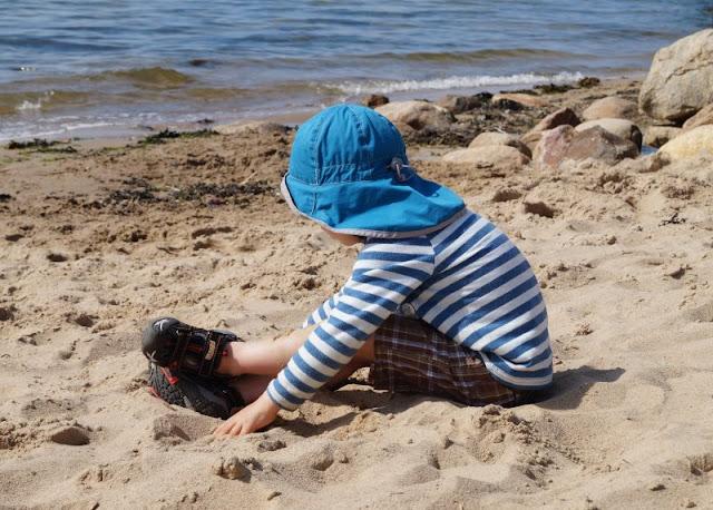Der Hasselfelder Strand: Unser neuer Lieblingsstrand an der Kieler Förde. Unsere Kinder spielen so gerne im Sand und der Strand von Hasselfelde ist schön familienfreundlich.
