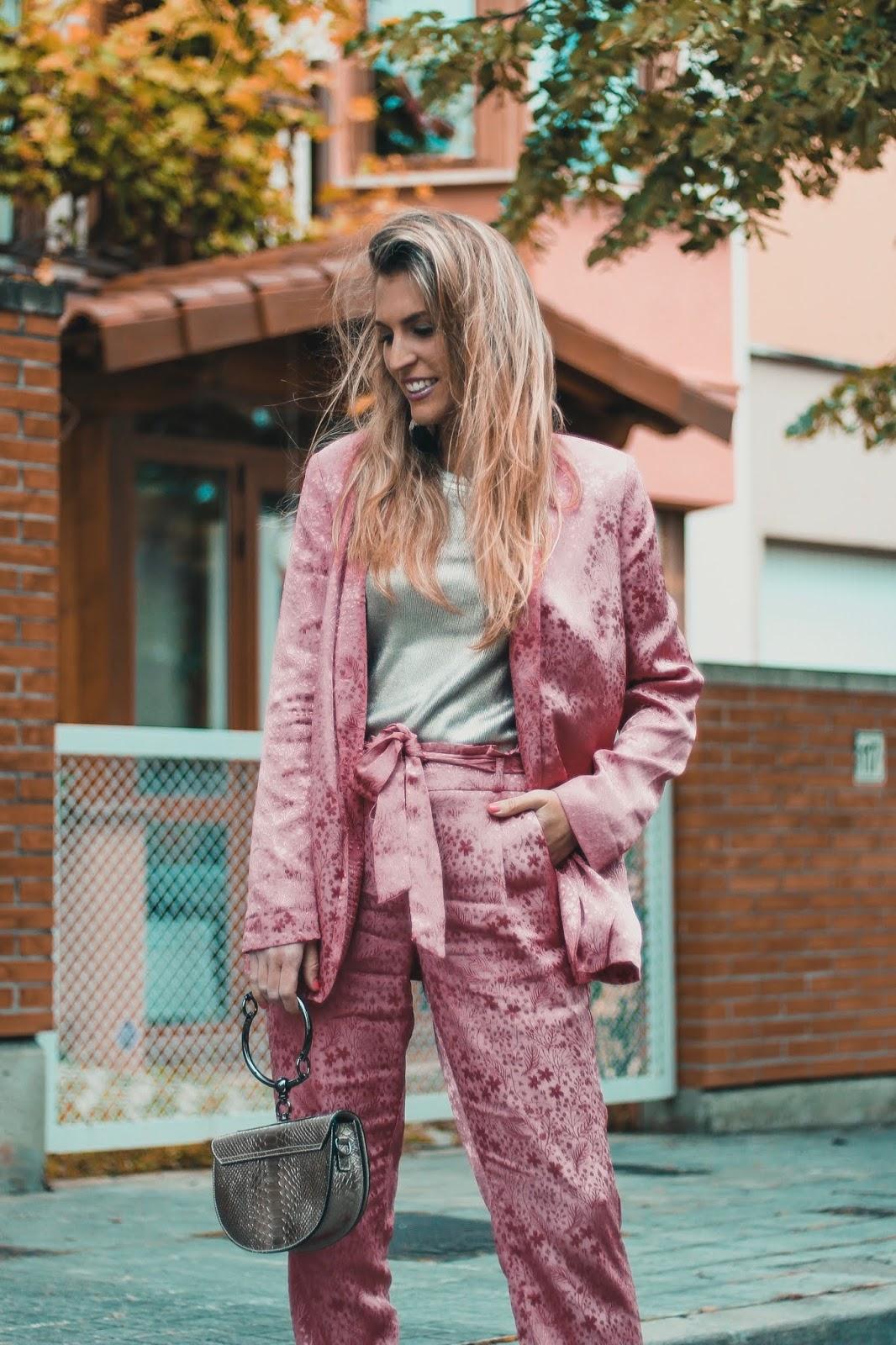 traje mujer rosa satinado