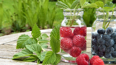 Agua y frutos rojos