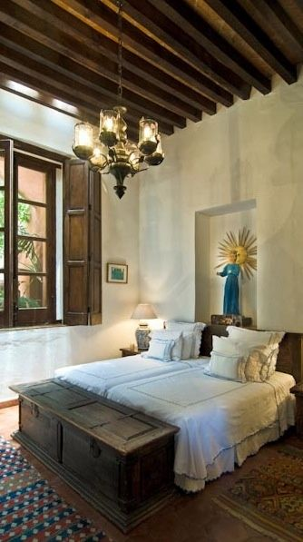 Eye for design decorate spanish colonial old hollywood for Spanish bedroom decor