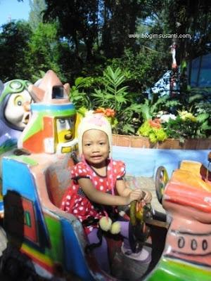 Naik kereta kecil di Kebun Binatang Surabaya