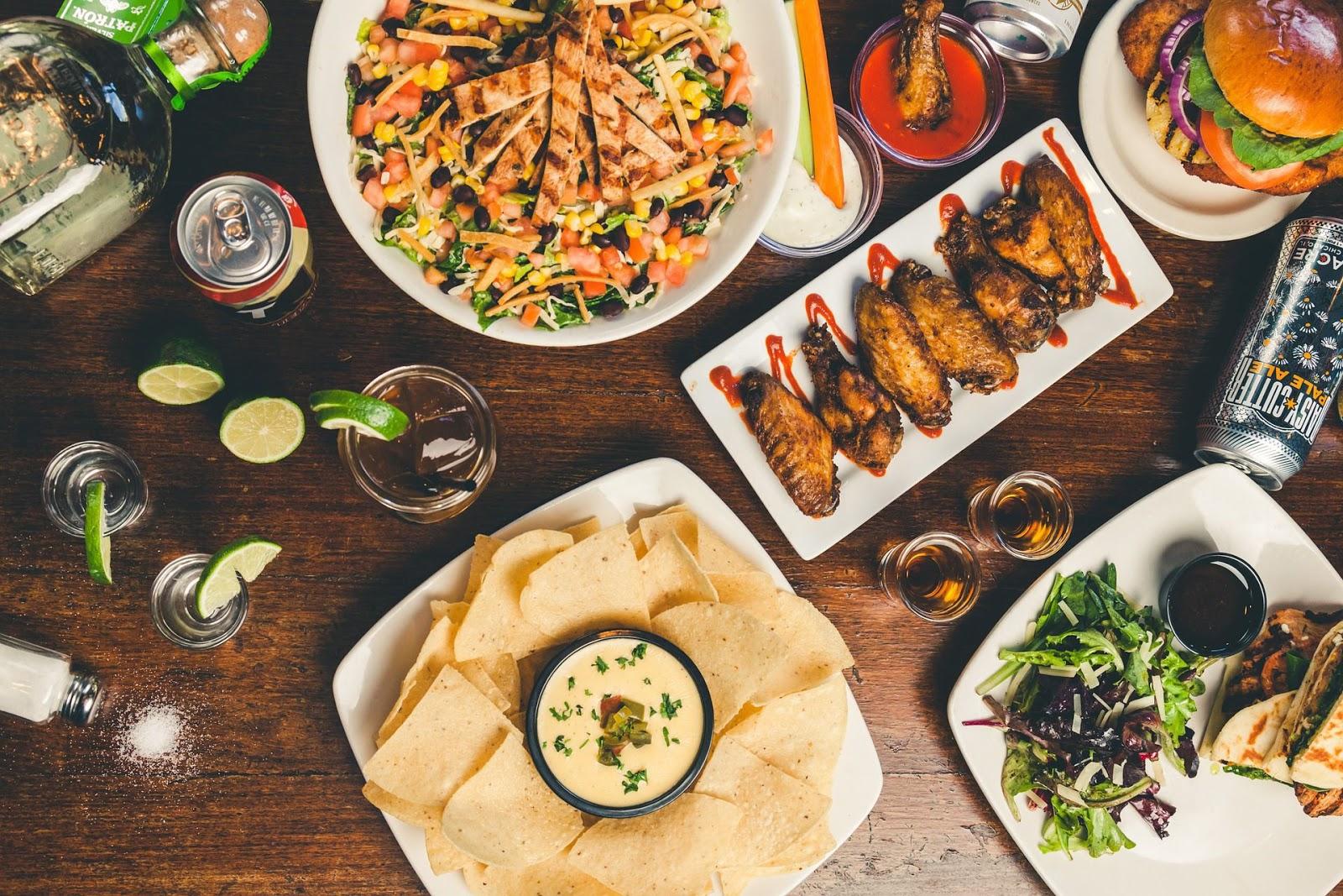 Стол с едой и напитками