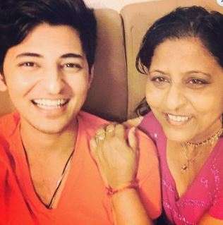 Darshan Raval Family Wife Son Daughter Father Mother Marriage Photos Biography Profile