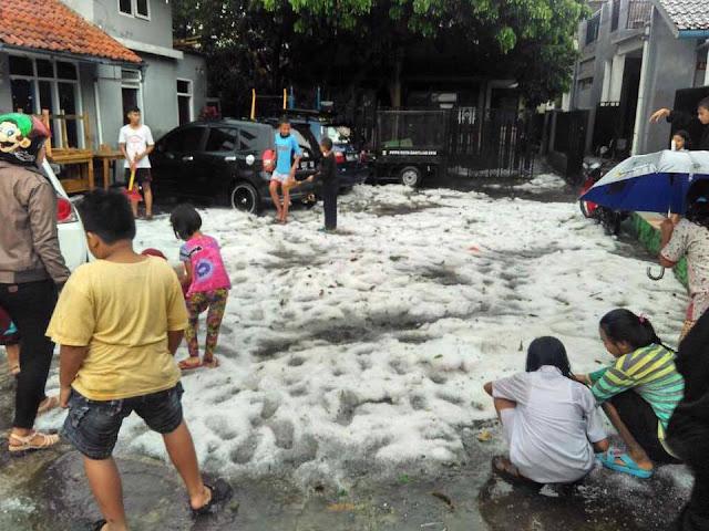Ngeri... Hujan Es di Bandung, Rumah Warga Bocor Terkena Butiran Es Banyak Pohon Tumbang!