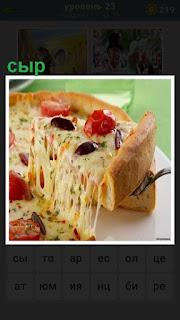 приготовлено блюдо из сыра и разрезано на кусочки
