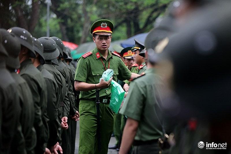 Chùm ảnh lực lượng tình nguyện đội mưa làm hàng rào tại Đền Hùng - Ảnh 2