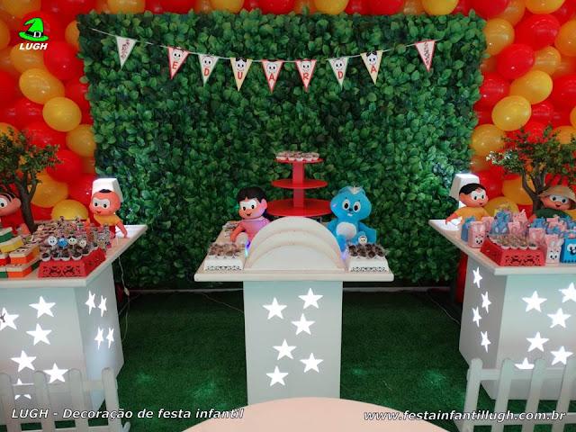 Mesa decorada para o bolo com a Turma da Mônica