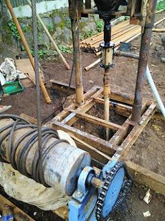 Biaya bor sumur berbeda-beda tergantung wilayah masing-masing, jenis tanah atau struktur tanah, kedalaman pengeboran, dan diameter pipa yang digunakan.