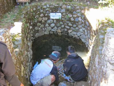 sumber air sendang derajat di gunung lawu