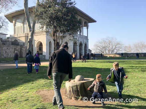 minik şehzadeler Has bahçede oynarken, Topkapı Sarayı