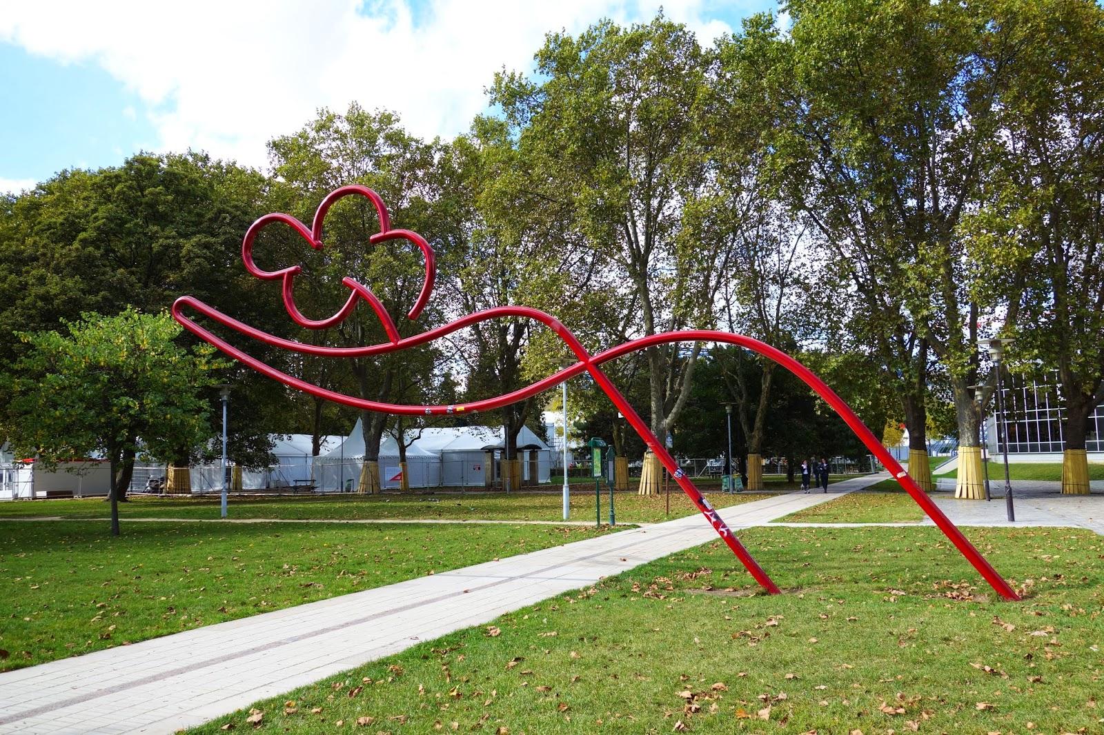 paris sculpture d 39 oscar niemeyer la main carlate offrant une fleur parc de bercy xii me. Black Bedroom Furniture Sets. Home Design Ideas