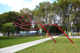 Paris : Sculpture d'Oscar Niemeyer, la main écarlate offrant une fleur - Parc de Bercy - XIIème