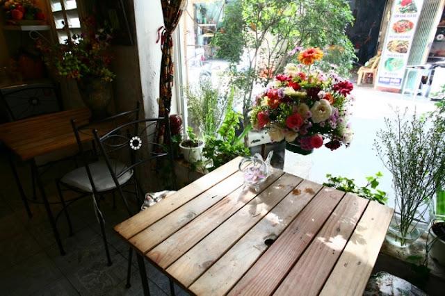 Quán cà phê thơm ngát hương hoa ở Sài Gòn