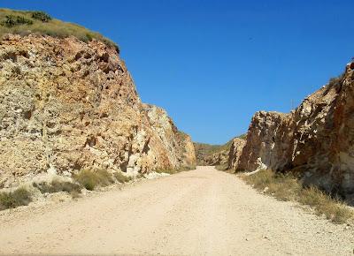 Carreteras desérticas en Cabo de Gata. Antigua mina de Rodalquilar en Cabo de Gata