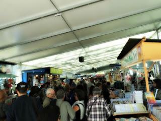 Trânsito nas Bancas da Feira do Livro de Porto Alegre