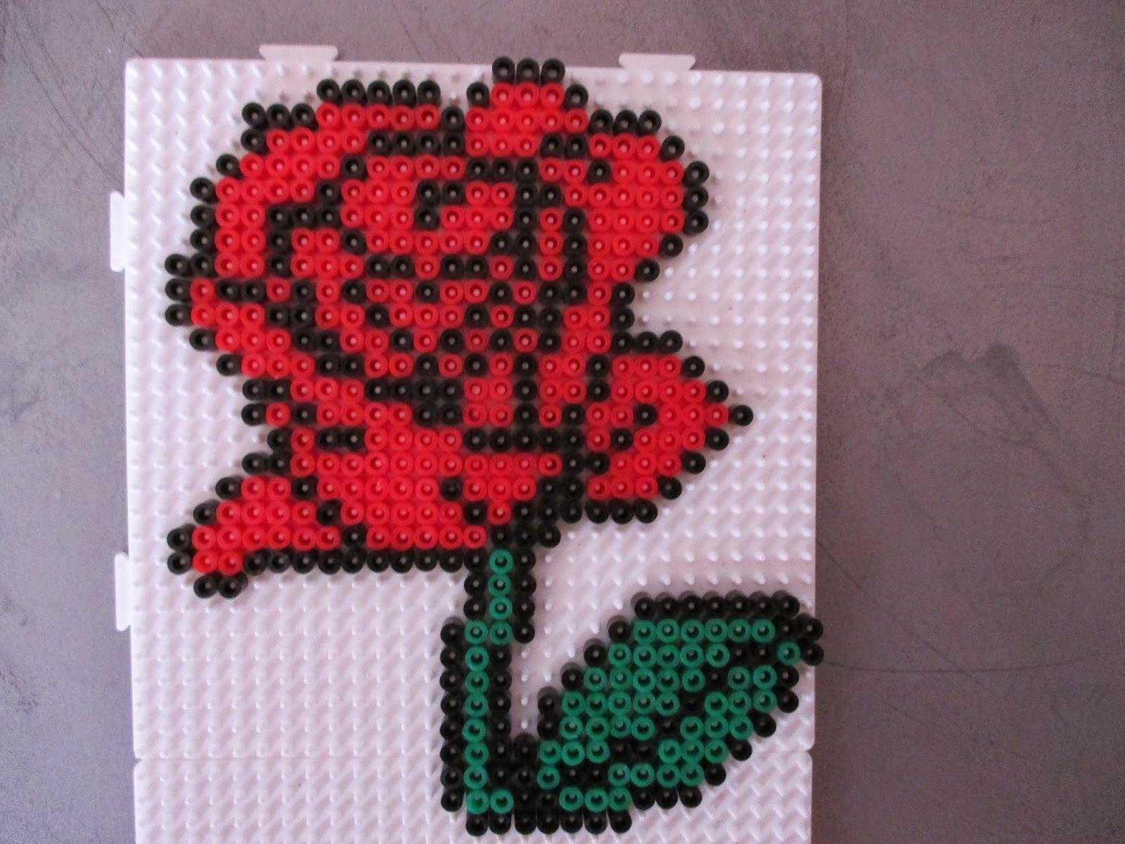 pixel art en perle hama rose en perler beads. Black Bedroom Furniture Sets. Home Design Ideas