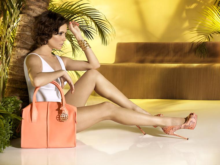 3a998903e Deborah Secco é a nova estrela da marca de calçados e acessórios 'Dumond'.  Em mix perfeito entre elementos da moda brasileira e design moderno e  elegante.