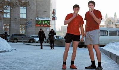 Coole Bilder lustige Menschen Eis essen in der Kälte -27 Grad Celsius