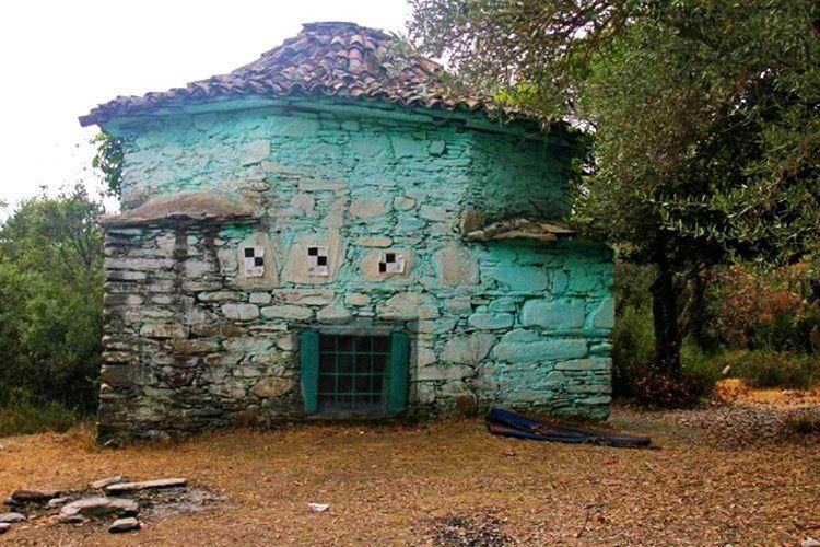 Dolapdere civarındaki bir köyde bulunan Tezveren Baba Türbesi, en gizemli yerlerden biridir.