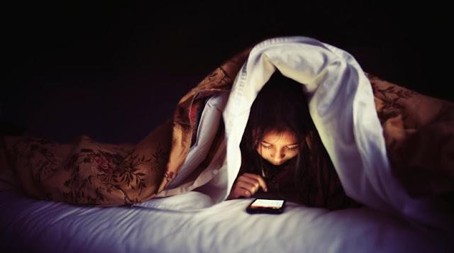 SOS: Η χρήση smartphone μέσα στο σκοτάδι μπορεί να προκαλέσει προσωρινή τύφλωση!
