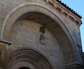 Detalle de la virgen gótica, cubierta por un doselete y situada en el lado izquierdo del arco de la Iglesia de San Vicente