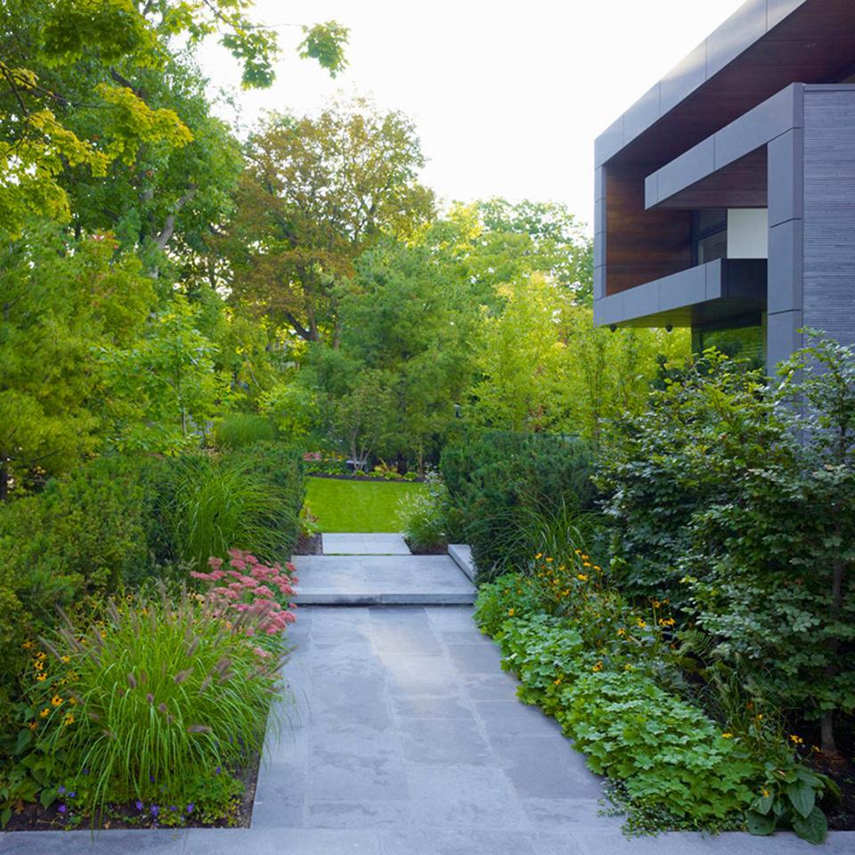 Hogares frescos casa contempor nea con hermoso jard n en for Architecture de jardin
