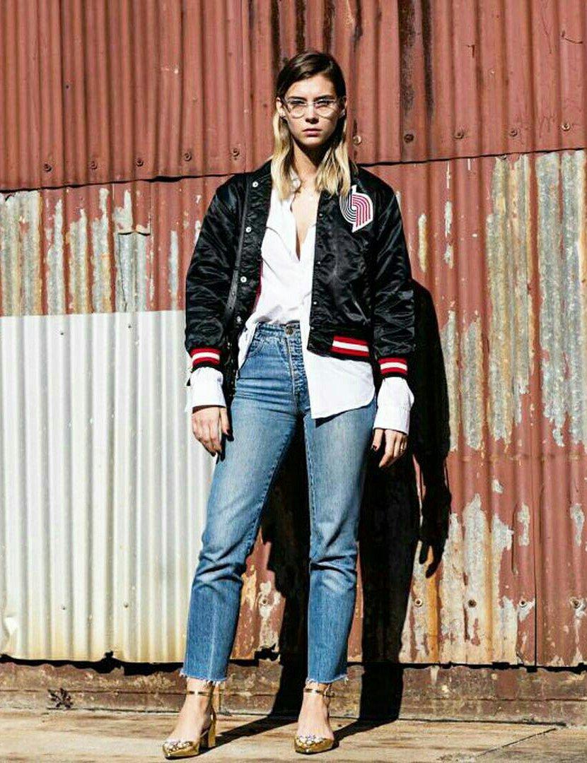 Look para meia estação com calça jeans e jaqueta