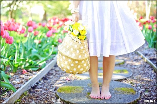ảnh cô gái và hoa tulip