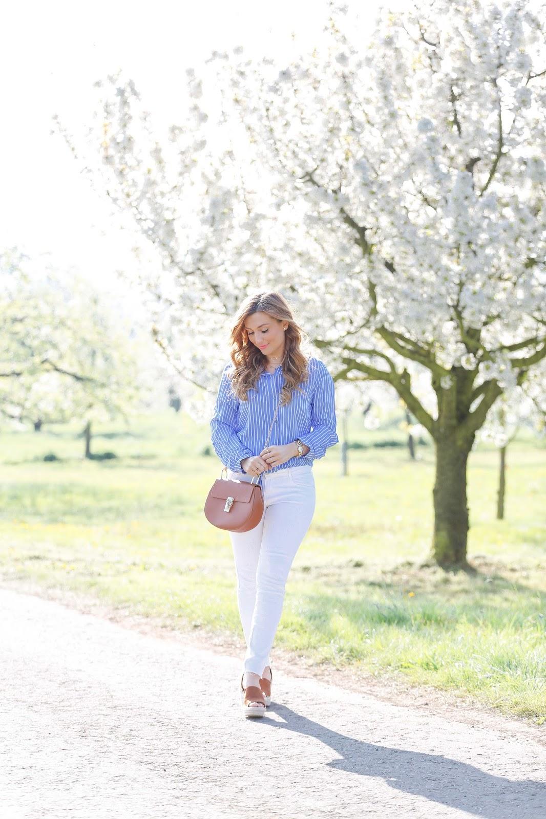 Weiße-jeans-tragen-blogger-aus-frankfurt-wie-kann-man-eine-bluse-kombinieren.