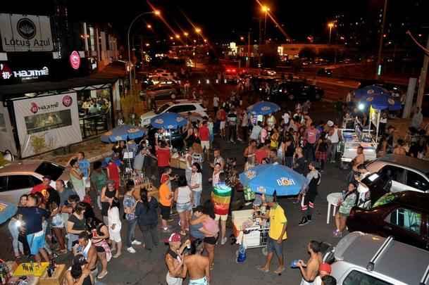 Participantes da Parada LGBT do Cruzeiro/Sudoeste pedem lei que criminaliza a homofobia