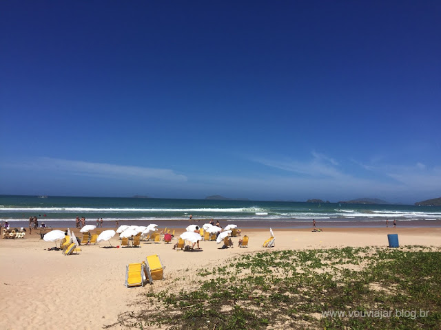 Os guarda-sóis e cadeiras oferecidas pela pousada Blue Marlin no serviço de praia