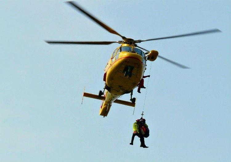 Helikopterle insan kurtarma göründüğü kadar kolay değil, aksine olduça zor ve riskli bir iştir.