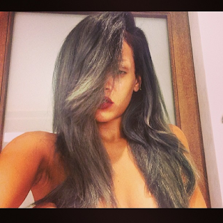 tendencia de cabello color gris de Rihanna