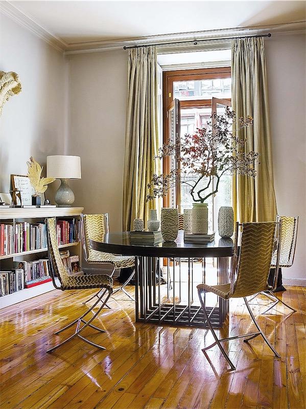 mesa redonda con sobre de madera y base de metal con sillas vintage tapizadas chicanddeco