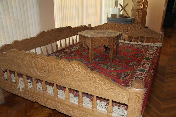 Tachkent, rue Rakatboshi, Musée des Arts décoratifs, tapshan tapchane, big sofa, K. Khaydarov, © L. Gigout, 2012