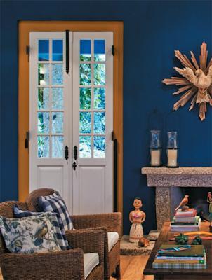 Sala rústica com azul profundo e branco