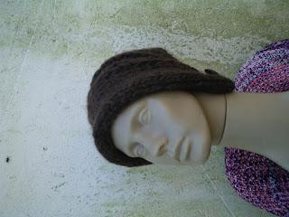 gorro com o modelo beanie tricotado  com lã de ovelha na cor marrom escuro