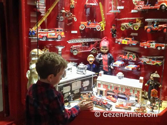 vitrindeki oyuncakları izleyen oğlum, İstanbul Oyuncak Müzesi