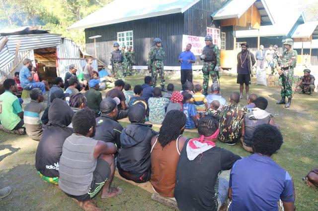 Satgas Yonif MR 412 Kostrad Berikan Bantuan Kepada Pengungsi Korban Perang Antar Kampung