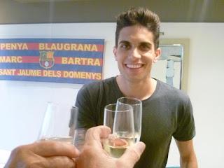 Esguard de Dona - Marc Bartra brindant per celebrar l'aniversari de la Penya Blaugrana que porta el seu nom