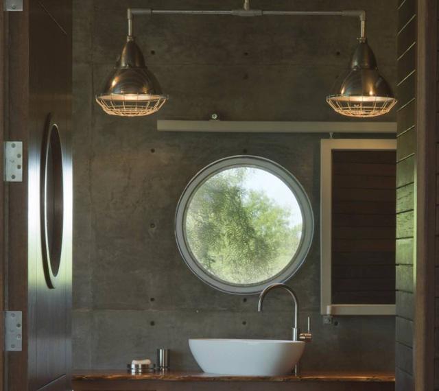 Nhà vệ sinh cũng bố trí ô cửa sổ nhìn ra thiên nhiên xanh mát bên ngoài