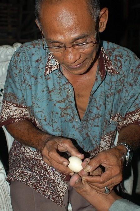 Hancurkan Penyakit dengan Pijat Telur