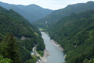天龍村の中央を流れる天竜川