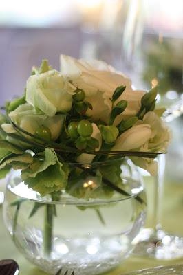 Tischblumen - center pieces - Hochzeit in Grün und Weiß im Riessersee Hotel Garmisch-Partenkirchen Bayern, Regenhochzeit im Sommer, Wedding Bavaria - wedding green white
