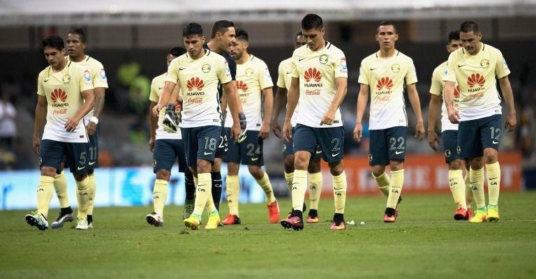 Jugadores del América cabizbajos después de una derrota en el estadio Azteca | Ximinia
