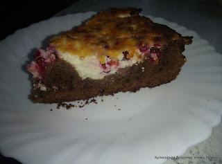 шоколадный пирог со смородиной порция